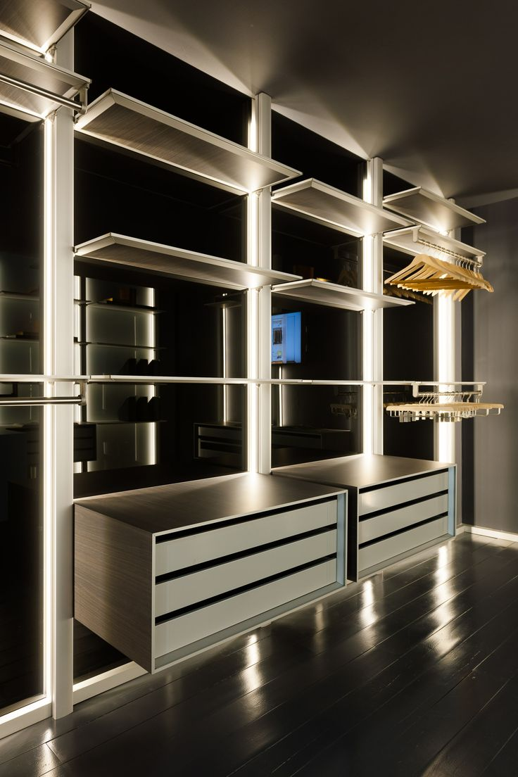 inloopkast met zwart glas en donker hout voor de zwevende elementen