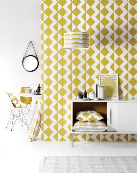 Met dit 'Zigzag' grafisch behangpapier breng je zeker en vast een speels accent op je muur! Het vierkante kussen is uiteraard perfect passend hierbij om evenwic