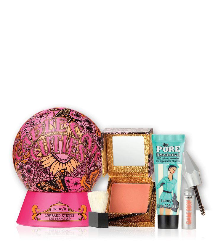 O kit de Natal Cable Car Cuties inclui três produtos favoritos da Benefit, o primer de rosto the POREfessional, o blush rosa com tom dourado rockateur e o gimme brow mini no tom 03.