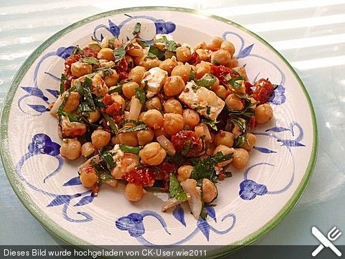 Kichererbsensalat mit getrockneten Tomaten und Feta, ein tolles Rezept aus der Kategorie Snacks und kleine Gerichte. Bewertungen: 122. Durchschnitt: Ø 4,5.