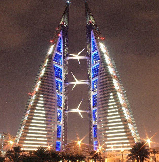 Всемирный торговый центр в Бахрейне   Бахрейнский всемирный торговый центр (также называемый Бахрейнский ВТЦ или БВТЦ) — это 240-метровый (787 футовый) комплекс двойных башен, расположенных в Манаме, Бахрейне. Построен в 2008 году строительной фирмой Atkins. В конструкции этих башен присутствуют воздушные мосты, с использованием ветрогенераторов. Две башни соединены тремя мостами, на каждом из которых установлен 225 кВт ветрогенератор, суммарной мощностью в 675 кВт.