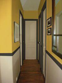 couloir peint en jaune et gris