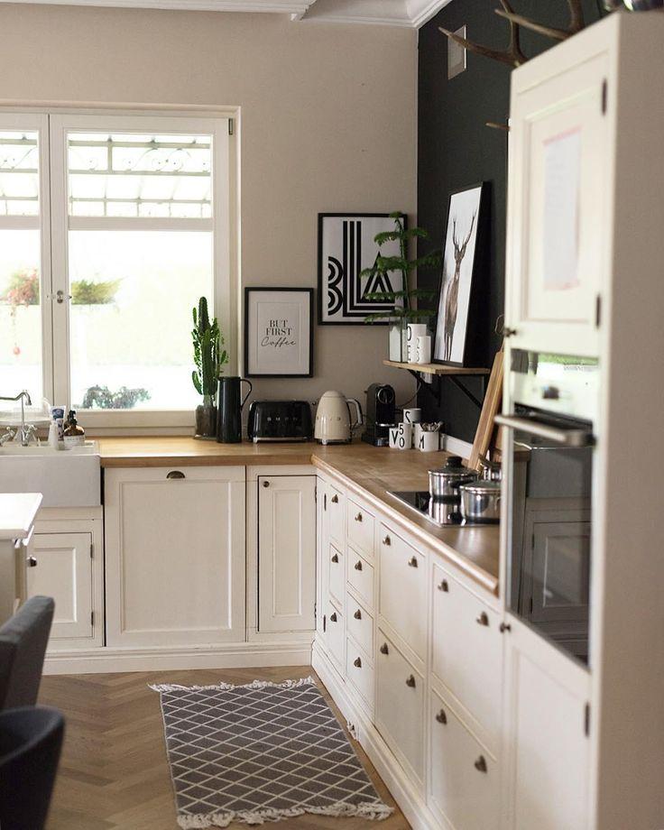 In unserer Küche sind viele der Einrichtungs-Gegenstände vor allem nützlich und bieten uns Komfort für den Haushalt. Dennoch legen wir Wert darauf, den Raum so wohnlich und einladend wie möglich zu gestalten. Ein Läufer ist eine ideale Option, um behagliches Flair in Ihre Küche einziehen zu lassen. Eine Auswahl an wunderschönen Läufern findest Du bei WestwingNow! // Küche Bilder Schwarz Weiss Deko Dekoration Teppich Läufer Ideen Einrichten #KüchenIdeen #Küche @evaundich