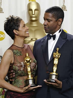 Halle Berry (Monster's Ball), Denzel Washington (Training Day) and their Oscars in 2002.