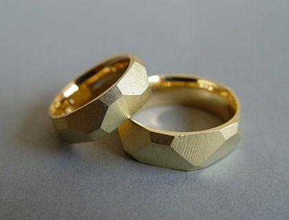 Alexandra Baum Schmuck Design Frankfurt Facetten Ringe rau Oberfläche Silber Gold Trauringe Platin Palladium Weißgold Rotgold Oberflächenstr...