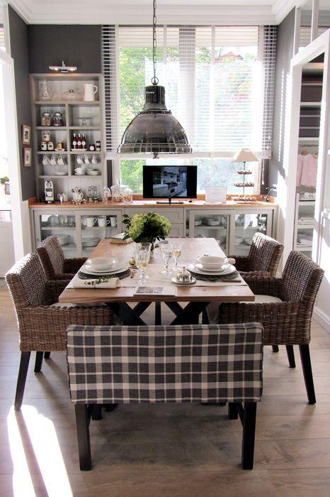 me encanta esta cocina, el color gris de los muebles, tipo vitrina, dejando ver los utensillos de cocina, el gran ventanal, el tapizado cuadrille con sillas de ratan, la lampara, que linda!!!