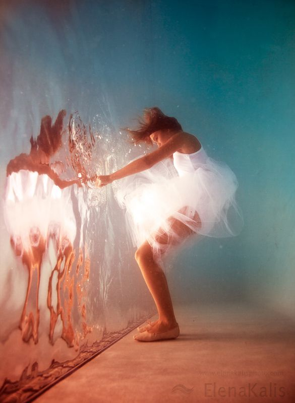 I love this photographer! She does a great underwater Alice in Wonderland series. This reminds me of stepping through the… http://itz-my.com