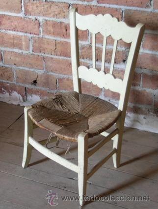 Silla antigua de madera con asiento enea. Pintada de beig - Ideal amantes restauración