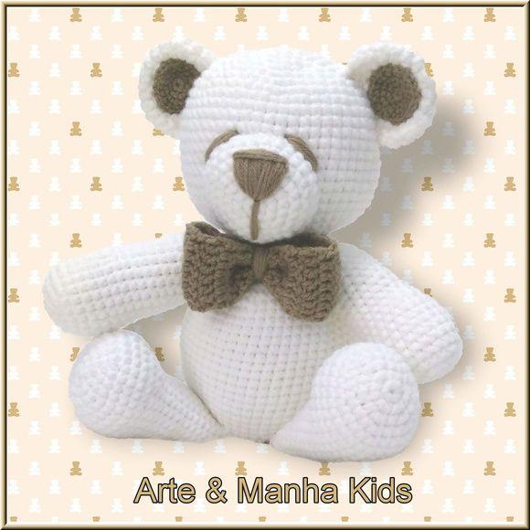 Urso branco, com detalhes em bege, todo confeccionado em lã, em crochê.  Um lindo presente para um bebê que irá nascer, para uma criança...  Não contém peças pequenas, como olhinhos, focinho... Pois são bordados.  Tem aproximadamente 30 cm de altura.    Para mais informações, entre em contato atr...