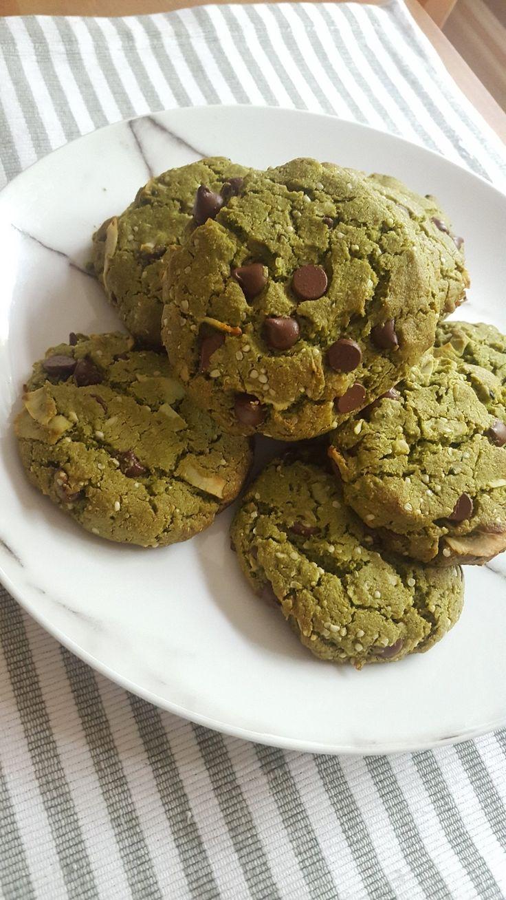 Makes 12 cookies  What you need: 2 cups almond flour 2 tbsp coconut flour 1 1/2 tbsp organic matcha powder 1/2 tsp Unflavoured Grass-Fed Gelatin 1/2 tsp himalayan salt 1/2 tsp aluminum-free baking soda 1/4 cup + 2 tbsp unsalted grass-fed butter or coconut oil, melted 1/4 cup raw honey 2 t