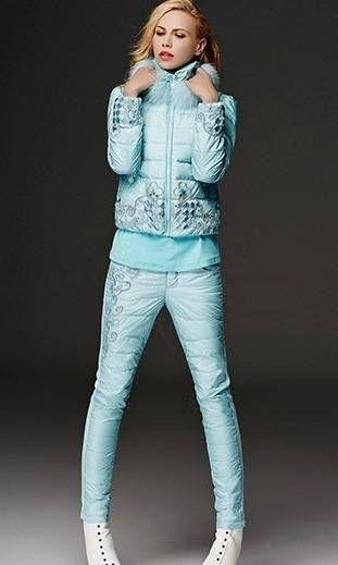 Нежно-голубой пуховой костюм с мехом