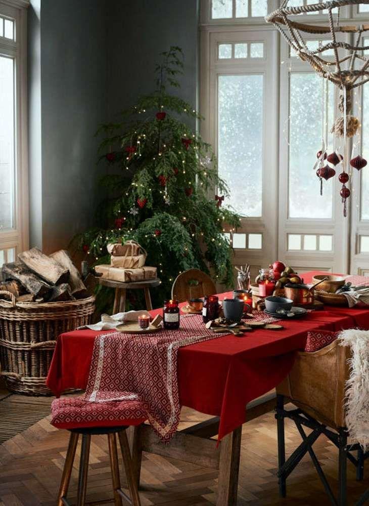 no l traditionnel d co de no l rouge table de no l. Black Bedroom Furniture Sets. Home Design Ideas