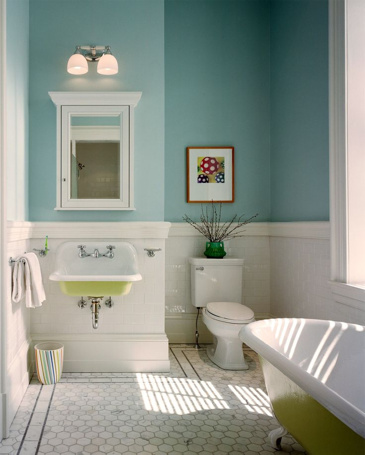 Voici un décor au style vintage pour cette salle de bain. Le vert du lavabo et du bain amène une note d'originalité. Comme un clin d'oeil. Wyndmoor Residence – Hanson General Contacting, Inc.