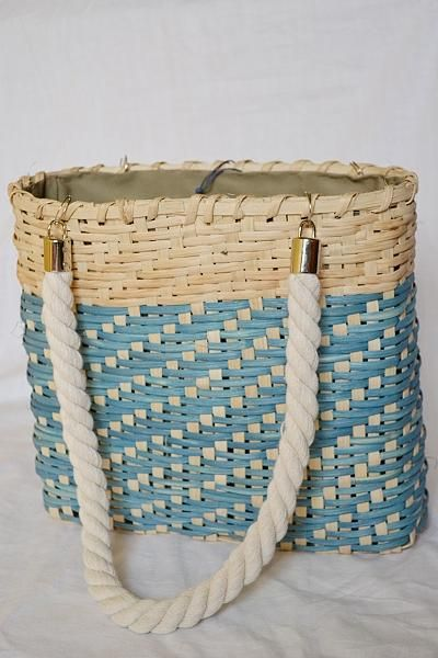 Pedig je materiál, ktorý poslúži nielen na pletenie košíkov. Môžete si z neho upliesť aj takúto letnú tašku. Autorka: adriana842. Pletenie z pedigu, taška, letná taška, diy, hand made, ručné práce. Artmama.sk.