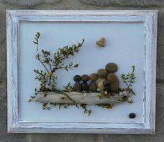 ENVÍO GRATIS Esta pieza se realizará para ordenar en un tablero de pintado a mano. Nota: Después de la aprobación de cliente - dependiendo de la disponibilidad, puede reemplazarse el corazón en forma de roca con una piedra redonda. Familia de seis reunidos en al aire libre sentado en un tronco. Esto sería un regalo tan especial para cualquier ocasión. Materiales (piedras, rocas, musgo, plantas del desierto, ramitas) se obtienen de mi desierto local. El marco es abierto, pintado en acrílic...
