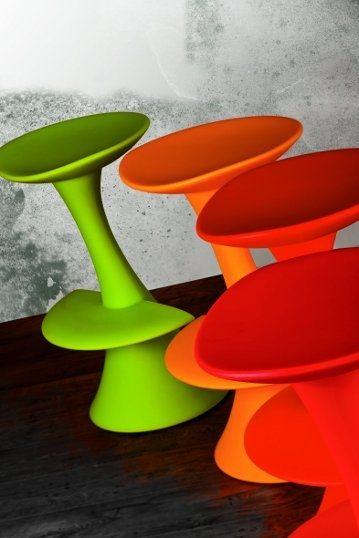DoDo - scaune de bar colorate și moderne din polietilenă reciclabilă. DoDo - modern and colorful bar stools, made from recyclable polyethylene.