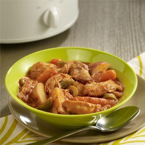 Fácil receta de pollo guisado en olla de cocción lenta hecha con piernas y muslos de pollo, papas, zanahorias, salsa de tomate, pimiento verde y ajo