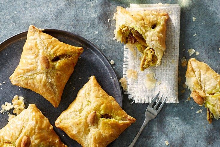 Een nieuw heerlijk kookboek is Melk en Dadels, met daarin 100 geheime recepten van Marokkaanse moeders. In dit boek delen moeders van bekende en andere bijzondere Marokkaanse Nederlanders hun culinaire erfgoed. Wij mogen een lekker recept delen uit dit boek: briwat met kip, heerlijke bladerdeeghapjes gevuld met geurige kip, rozijnen en amandelen. Ook ideaal om in …