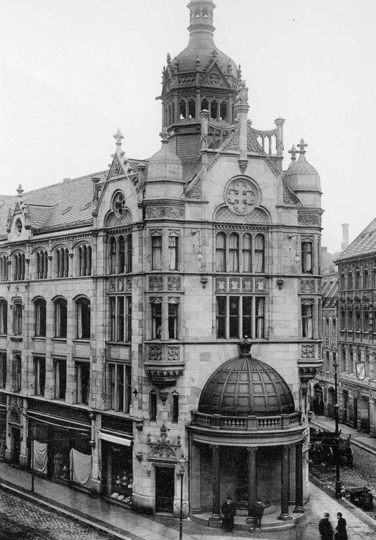 Das Kaufhaus im Hintergrund an der Rosenthaler Straße 54