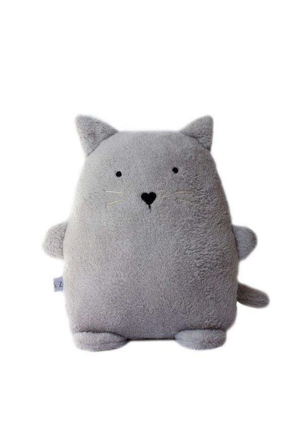 Découvrez Un chat gris tout doux, yeux et museau brodés, coussin enfant sur alittleMarket