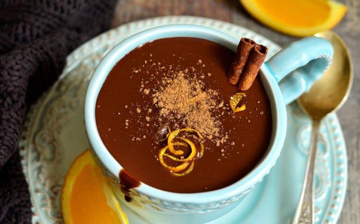 Ιδανικό για τις κρύες μέρες    Υλικά για 2-4 άτομα    4 φλιτζάνια γάλα  2 κουταλάκια του γλυκού πορτοκαλιού ξύσμα  1 κουταλάκι του γλυκού κανέλα  1/4 κουταλάκι του γλυκού μοσχοκάρυδο τριμμένο  3/4 φλιτζανιού μαύρη σοκολάτα ψιλοκομμένη  1 κουταλιά της σούπας κακάο  1 κουταλάκι του γλυκού