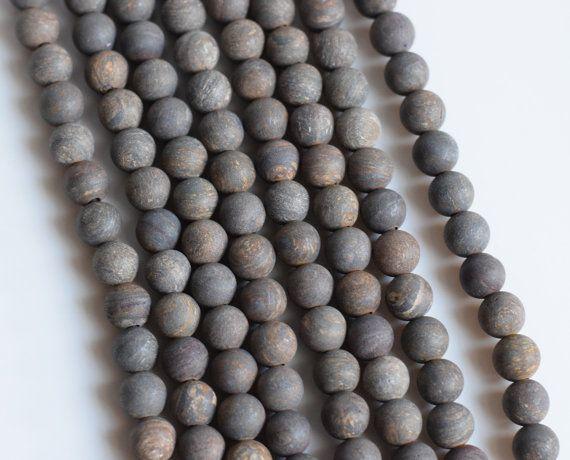 Perline in foro grande rustico, terroso e bella Matte-polish Bronzite rotondo con un buco di 2,5 mm. Perfetto per il cuoio di tendenza disegni, può ospitare comodamente fino a 2 cavo di cuoio mm.  Questa offerta è per 1 ~ 8 filo di turni di 12mm opaco-polacco - 8 inch strand con circa 20 perline per trefolo.  Controllare le mie altre inserzioni per perline in grande foro qui: https://www.etsy.com/shop/omtarabead?section_id=17788149&ref=shopsection_leftnav_7  Scopri i miei annunci per foro…