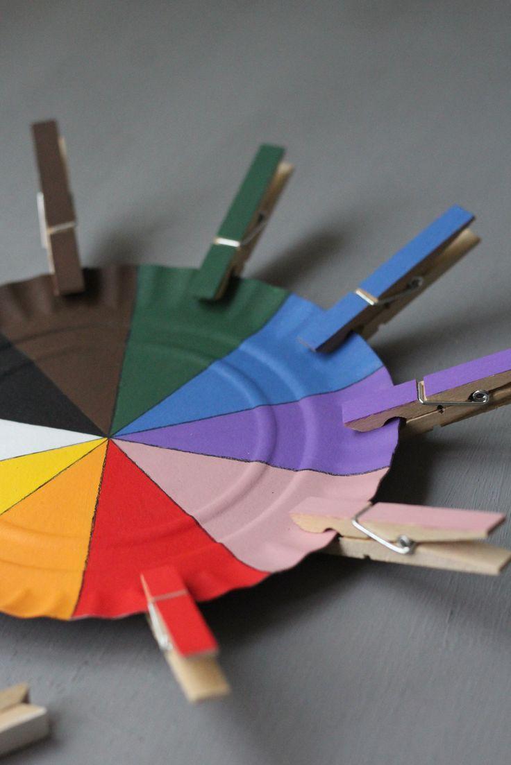 """""""Rueda de colores"""": Actividad para trabajar el nombre de los colores (reconocimiento, asociación y producción oral) con la que ampliamos vocabulario y, de pasada, también trabajamos la coordinación óculo-manual. Para elaborarla, sólo necesitamos un plato o círculo de cartulina gruesa, pintura acrílica de diferentes colores y pinzas de madera"""