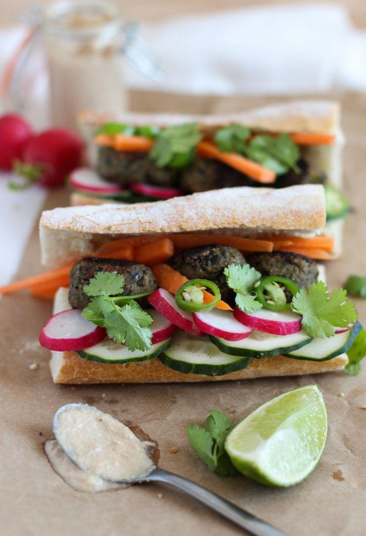 Banh mi (sandwich vietnamita) con albóndigas de berenjena