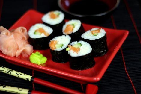 Oryginalny Przepis na Sushi Maki z Łososiem - łatwy przepis sushi, który może odmienić Twoje kulinarne życie :) Dokładny sposób przygotowania ułatwia dodany film. Życzymy Smacznego, Nie zapomnij skomentować