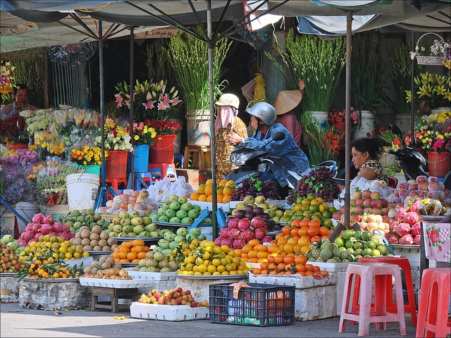 Long Xuyen - Vietnam (12 januari 2012) Marchands de fruits et de fleurs (Long Xuyen, Vietnam) by dalbera, via Flickr