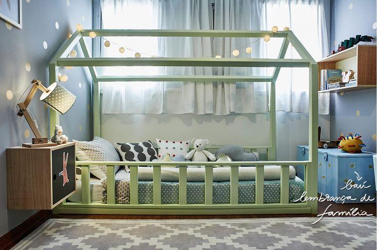 Inspiração para quarto de criança: cama em formato de casinha, baú de família e uma paleta de cores com referências escandinavas
