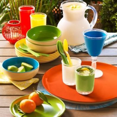 Who says you can't have a multicoloured table setting, especially in the summer? Loving all of the solid bright colours!