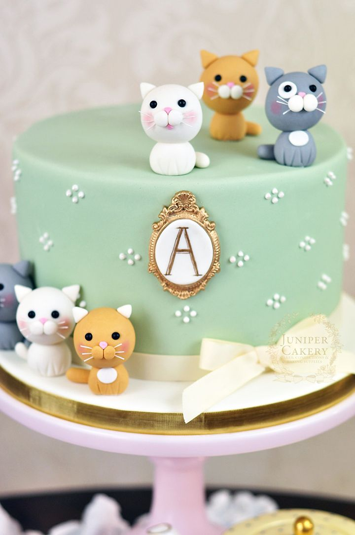 One tier fondant cake with fondant kitties ~ we ❤ this! moncheribridals.com