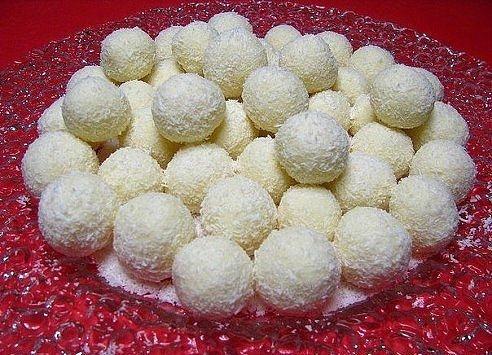 Рафаэлло - много, быстро и дешево Для приготовления 70 штук понадобится: -сгущенное молоко – 1 банка -масло сливочное – 1 пачка (200 г) -сахар ванильный (можно коньяк) – по вкусу -кокосовая стружка – 200 г -миндаль – 1 стакан Приготовление: Размягченное при комнатной температуре сливочное масло размять вилкой. Масло смешать со сгущенным молоком, добавить ванилин (или коньяк) и половину (100 г) кокосовой стружки. Массу тщательно взбить, до получения однородного крема. Полученный крем убрать в…