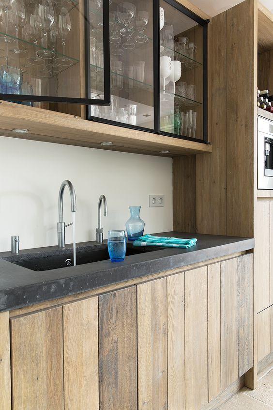 Houten keuken met betonnen aanrecht