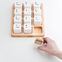 Desde Shangai, llega el diseño de E Square. Se trata de una tabla de madera en la cual cada taza emula el pad de números de los teclados. Regalo perfecto para un geek.