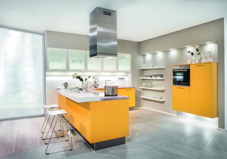 Studio Esse DUŻA WYSPA W KUCHNI  Duże pomieszczenia pozwalają na odrobinę szaleństwa- duża wyspa i żywe kolory.