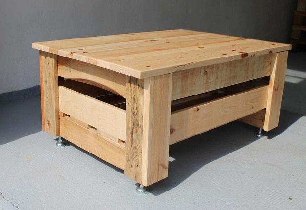 Ich biete hier einen Couchtisch, welcher aus einer Holzkiste gefertigt wurde, an. Die Kiste wurde ursprünglich zum Transport von Schamottesteinen genutzt. Die Kiste wurde komplett auseinander...