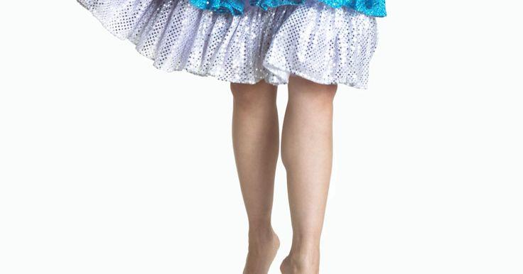 Como fazer babados para vestidos. Babados plissados são normalmente costurados na bainha das saias para valorizar vestidos. São pregas que são adicionadas em um vestido simples, o tornando mais divertido de se vestir. Este estilo tem sido usado há séculos para acrescentar ornamentação às roupas. Existem vários tipos de babados em vestidos de camadas que ficam ótimos em saias ...