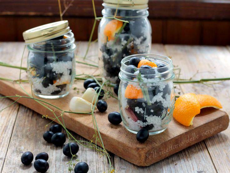 Olive nere sotto sale, una ricetta antica della tradizione contadina, per gustarle in breve tempo. Ottime da presentare cone antipasto o contorno.