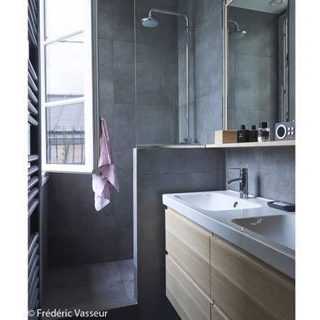 Une salle de bains qui devient design grace a l association gris beton et bois clair