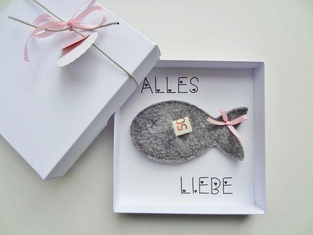 Geldgeschenke müssen nicht lieblos wirken! Hier der Beweis:   In einer hübschen weißen Schachtel, die aus tiefstem Herzen ALLES LIEBE wünscht, befindet sich ein kleiner Fisch aus Walk, in den...