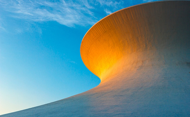 Este fotogénico edificio es el Planetario James S. McDonnell, cuya cubierta tiene además una particularidad muy interesante: es una estructura hiperboloide construida con precisión matemática según fórmulas geométricas.  Más tecnoimágenes en http://www.rtve.es/noticias/fotos/tecnologia/