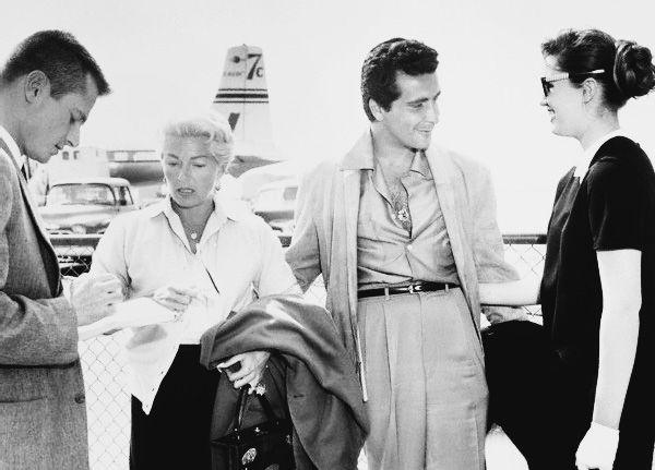 La historia de Lana Turner inspiró la novela escrita por Harold Robbins, titulado Escándalo en la Sociedad, que posteriormente se convirtió en una película del mismo nombre, protagonizada por Susan Hayward y Bette Davis (hablé de él aquí). Una de las mayores estrellas de la década de los 40, Lana Turner se involucró con un típico 'mal elemento' de nombre Johnny Stompanato. Violento y vinculado a organizaciones criminales, solía golpear a la actriz y tener acceso de celos, llegando al punto…