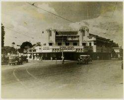 Simpang-apotheek op een kruispunt in Soerabaia dicht bij het Simpang Hotel en…