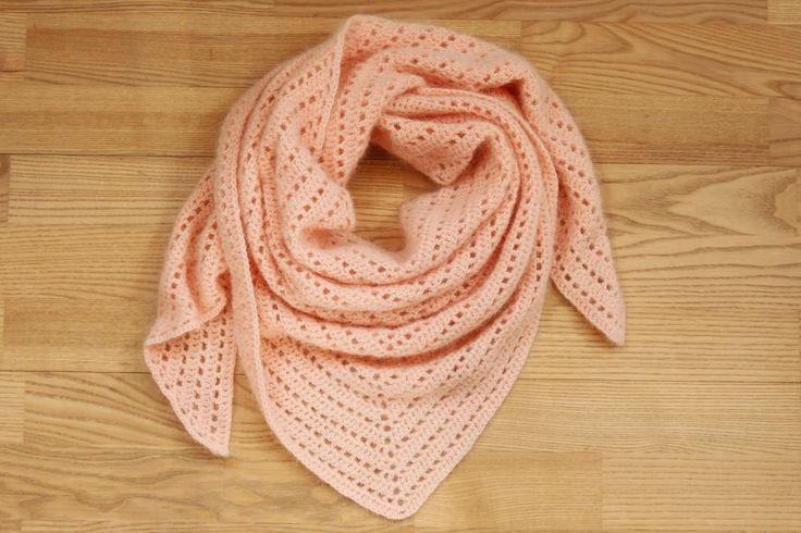 YARNFREAK: Det blødeste tørklæde i angora Evt med dette garn: http://hobbii.dk/collections/drops-puna