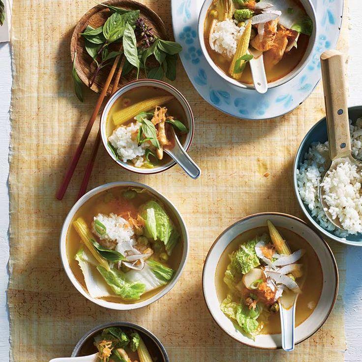 Deze pittige soep zit boordevol lekkere groenten als Chinese kool en Thaise aubergines. Maar laat je ook verrassen door het frisse van de limoen, citroengras en het basilicum in combinatie met kip en kokos. 1 Doe de rijst in een grote zeef en spoel...
