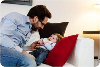 papà e neonato su divano . ritratti in servizio fotografico di neonato http://blog.lucafaz.it/consigli/fotografie-neonato-regalo-nonni-neogenitori/