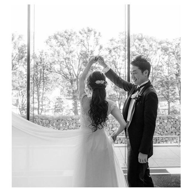 久々のWeddingtbt…  ファーストダンス風に撮っていただきました。笑  結婚式の写真を見る度に、またいつかスーパーロングヘアにしたいなぁと思うこの頃デス…  でも、久々のミディアムヘアも楽でお気に入り😁  #weddingtbt#卒花#パレスホテル東京#葵西#ReemAcra#Jimmychoo#piaget#iwc#palacehoteltokyo#大人クラシカル婚#夏婚#三十路婚