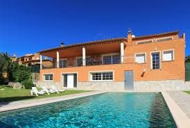If you want to avoid the air pollution of cities for a few days and want to spend your time in peace and healthy and fresh air, it is best to select apartment rentals Spain.